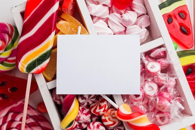 Bündel köstliche süßigkeiten mit leerer karte