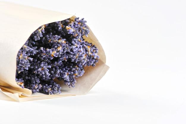 Bündel lavendel eingewickelt im papier