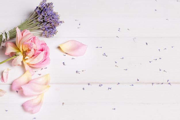 Bündel lavendelblüten und rosa rosenbanner, spa-konzept, schönheitsbehandlung