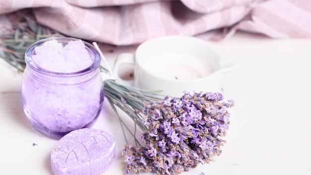 Bündel lavendelblüten und salz, öl, kosmetik, banner, spa-konzept, schönheitsbehandlung
