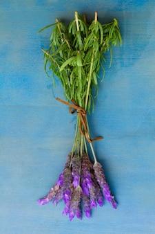 Bündel lavendelblumen auf einem tisch