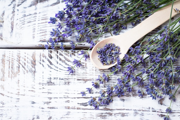 Bündel lavendelblumen auf einer alten hölzernen tabelle