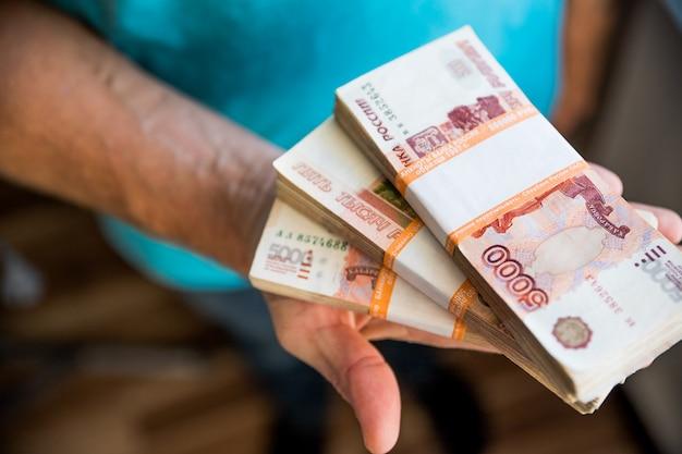Bündel rechnungen von fünftausend russischen rubel