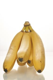 Bündel reife gelbe bananen auf weißem hintergrund