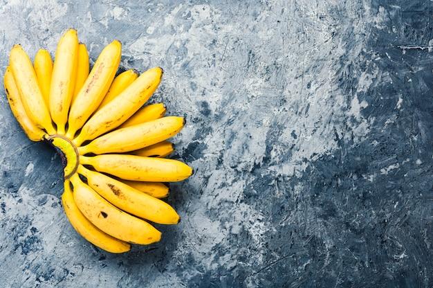 Bündel reife gelbe bananen