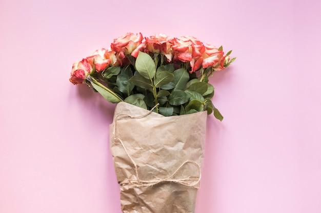 Bündel rosen auf rosafarbenem hintergrund