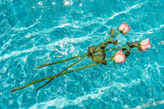 Bündel rosen, die auf wasser schwimmen