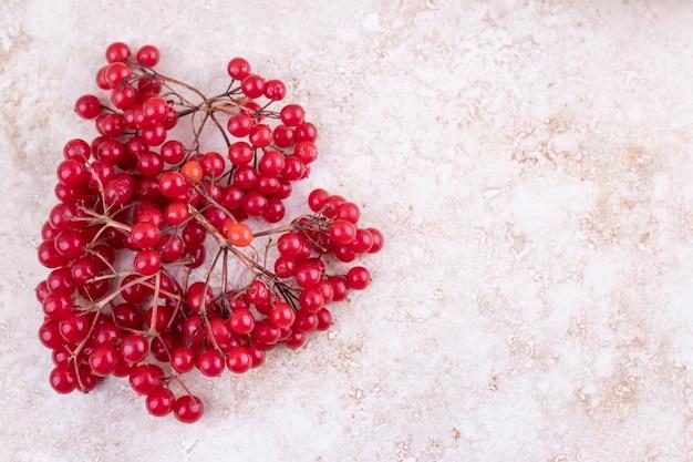 Bündel rote johannisbeeren auf marmorhintergrund.