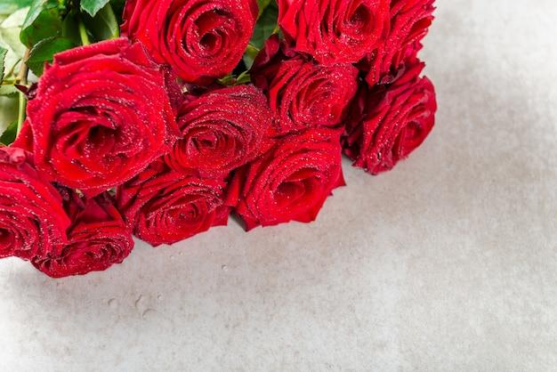 Bündel rote rosen für st.-valentinsgruß-tag
