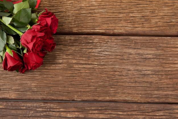 Bündel rote rosen und geschenkbox