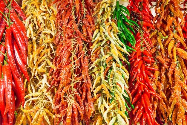 Bündel rote und grüne scharfe chilischoten auf dem bauernmarkt