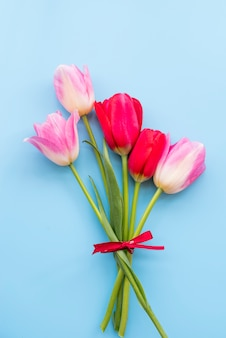 Bündel rote und rosafarbene tulpen
