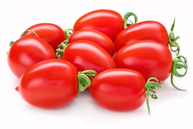 Bündel san marzano tomaten. saftige tomate der ganzen pflaumenkirsche lokalisiert auf weiß. italienisches frisches gemüse. bio rohes veganes gesundes lebensmittelgemüse. marktprodukt. vorderansicht, makro, studio