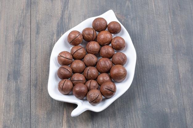 Bündel schokoladenkugeln auf weißem teller