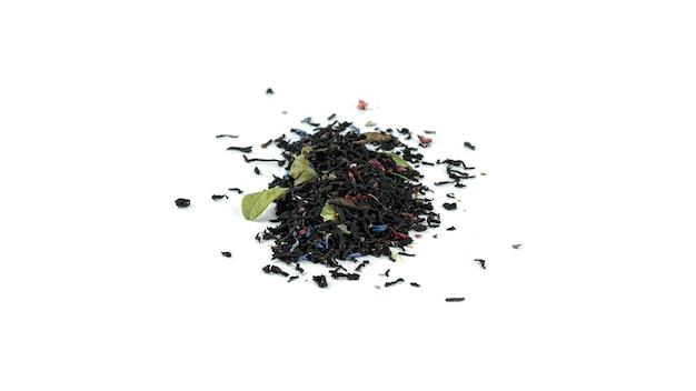 Bündel schwarzer teeblätter mit früchten auf weißem hintergrund