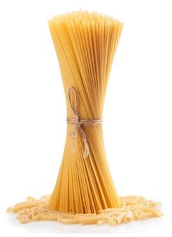 Bündel spaghetti lokalisiert auf weiß