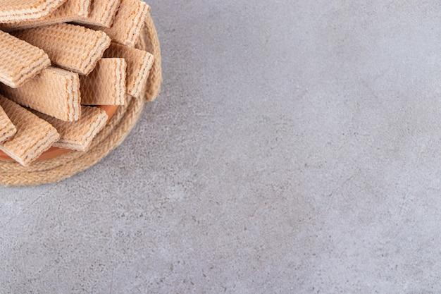 Bündel süße knusprige waffeln auf steintisch gelegt.