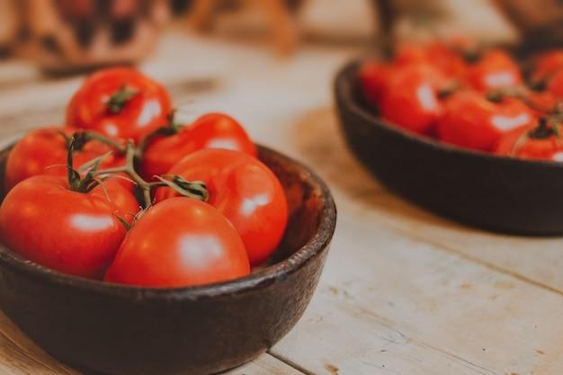 Bündel tomaten in einer schwarzen schüssel