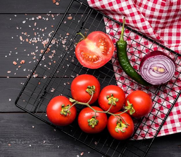 Bündel tomaten und zwiebeln