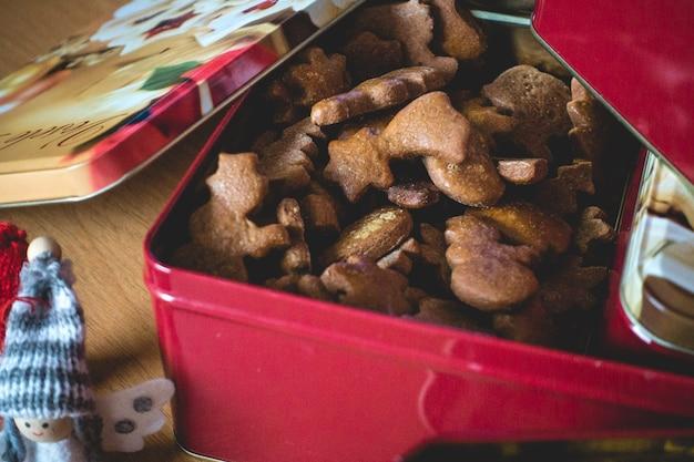 Bündel traditioneller weihnachtslebkuchen in einem roten kasten