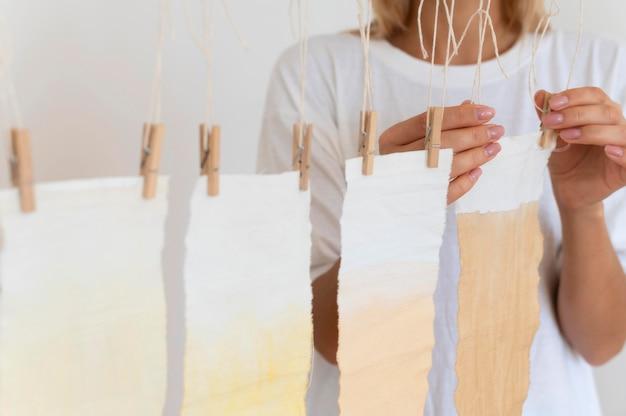 Bündel tücher mit natürlichen pigmenten gefärbt