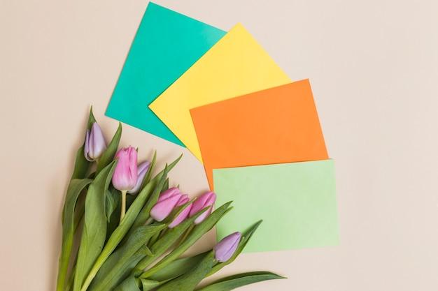 Bündel tulpen und bunte papiere