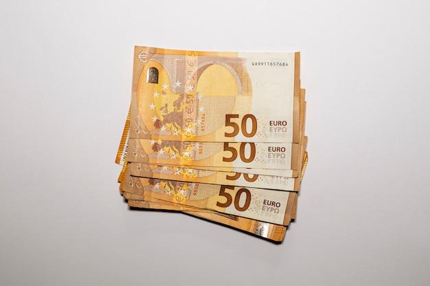 Bündel von 50 euro-scheinen. geld sparen konzept