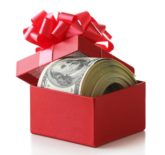Bündel von dollar in geschenkbox mit schleife isoliert auf weiß