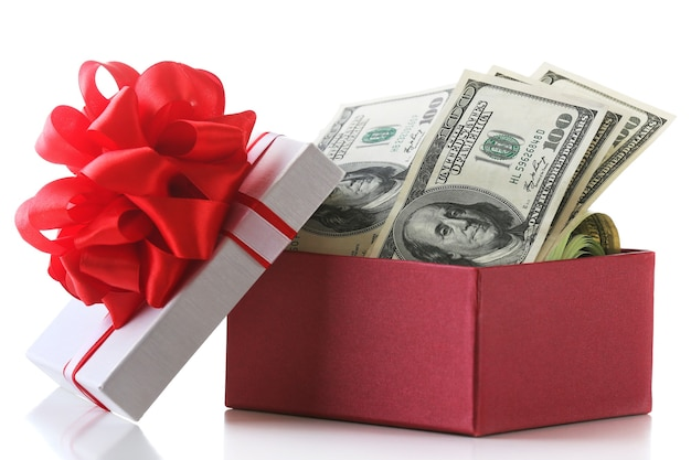 Bündel von dollars in geschenkbox mit schleife isoliert auf weiß