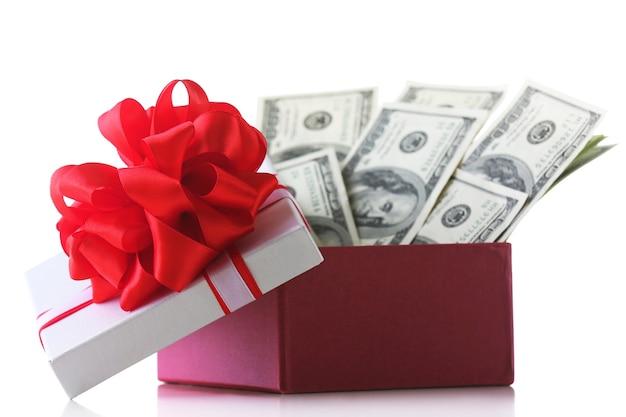 Bündel von dollars in geschenkbox mit schleife isoliert auf weißer oberfläche