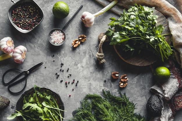 Bündel von frischem hausgemachtem bio-dill, spinat, rucola und frühlingszwiebeln auf rustikalem holztisch