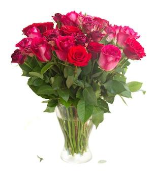 Bündel von roten und rosa rosen in der vase isoliert