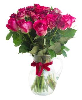 Bündel von roten und rosa rosen in glasvase isoliert