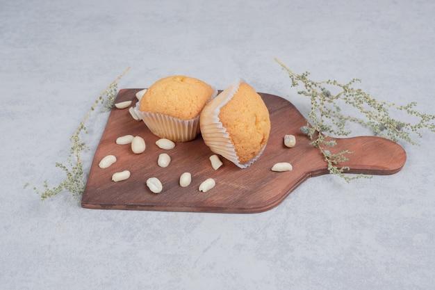 Bündel weicher kekse mit cashewnüssen auf holzbrett. hochwertiges foto