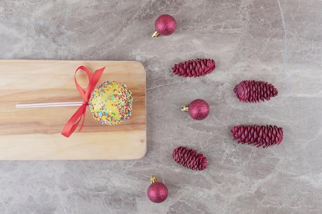 Bündel weihnachtsdekorationen und ein lutscher auf marmor