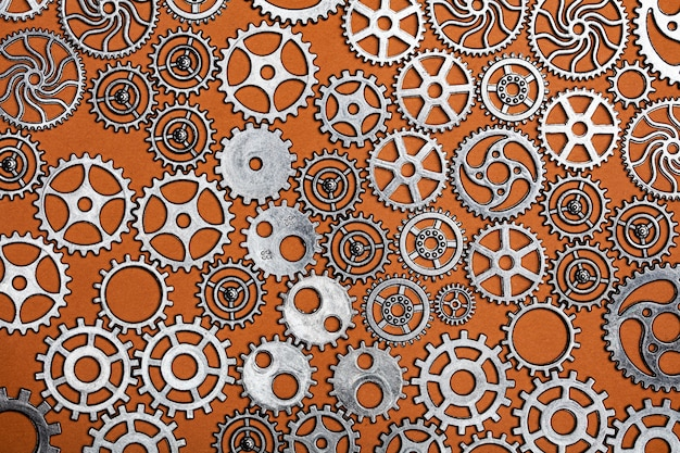 Bündel zahnräder auf einem orange hintergrund.