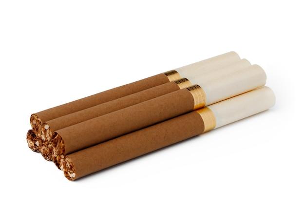 Bündel zigaretten lokalisiert auf weißer nahaufnahme