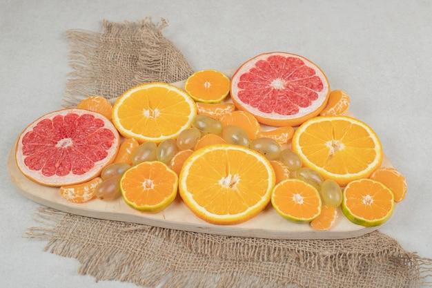 Bündel zitrusfruchtscheiben auf holzbrett