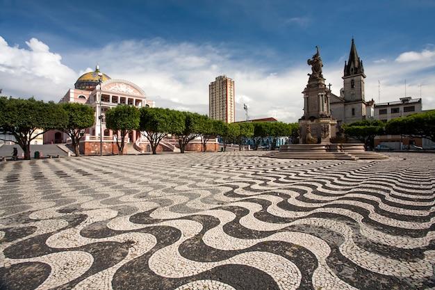 Bürgersteig der stadt manaus mit amazonas-theater und kirche