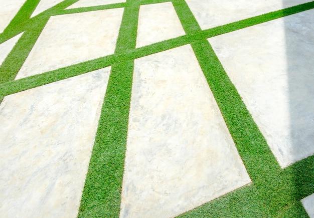 Bürgersteig mit gras und betonblock gemacht