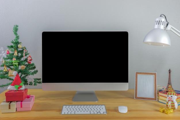 Büro arbeitet am stationären computer
