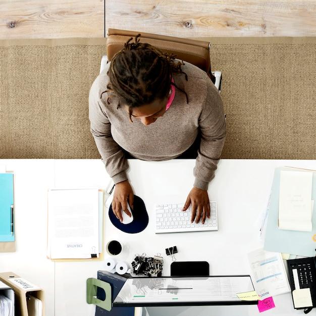 Büro-arbeitsarbeitsplatz-on-line-computer-zeitgenössisches konzept