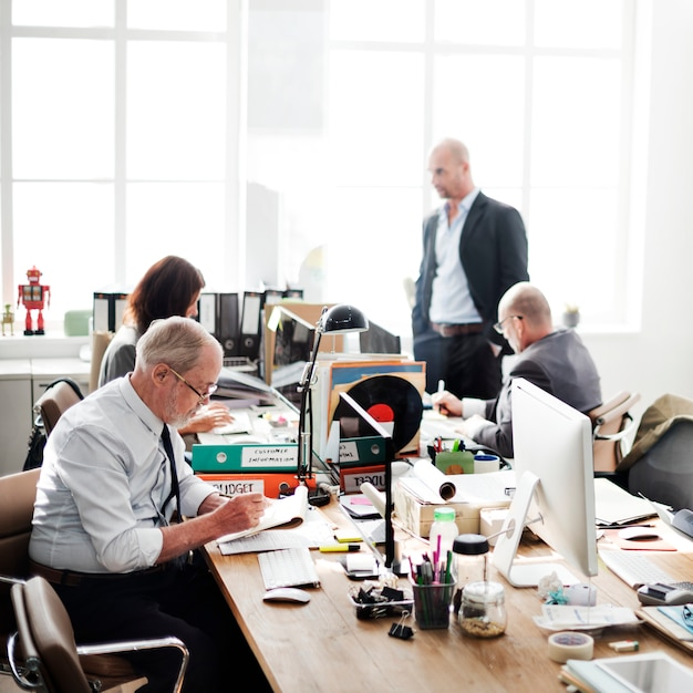 Büro-arbeitsgeschäftsleute-arbeitsplatz-unternehmenskonzept