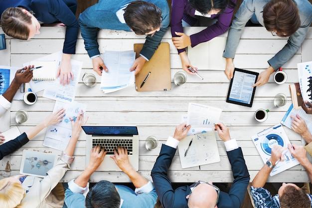 Büro-besetzte sitzungs-kollegen-unternehmensdaten-konzept