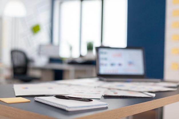 Büro der finanzgesellschaft bereit für brainstorming, briefing. brainstorming-bereich im geschäftszentrum mit niemandem darin, aufnahme eines leeren raums mit modernen möbeln und blauer wand.