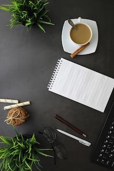 Büro-desktop-hintergrund mit einer tasse kaffee und schreibutensilien
