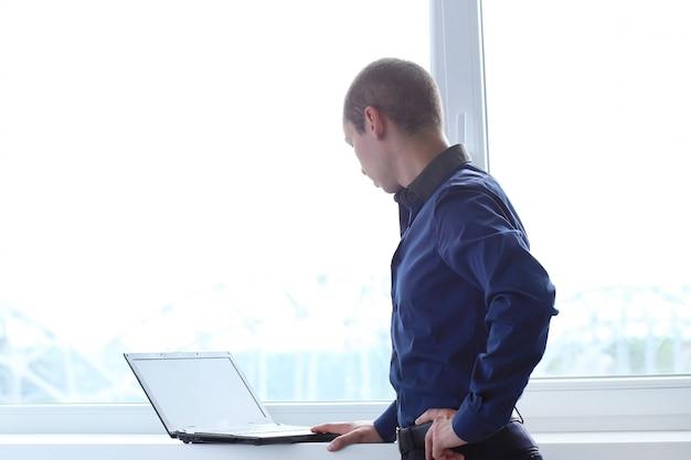 Büro. ernster mann bei der arbeit