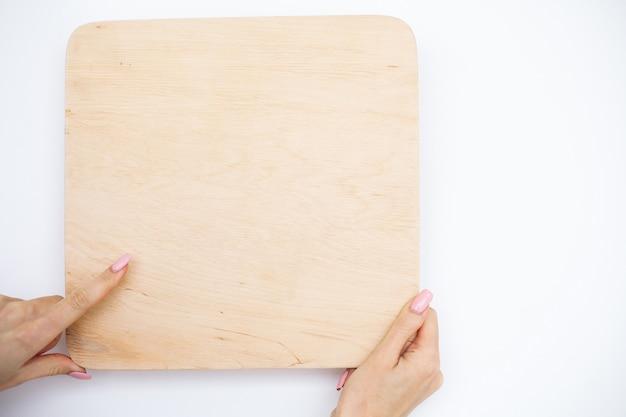 Büro-frauen-hände, die ein baum-brett auf weißem hintergrund halten