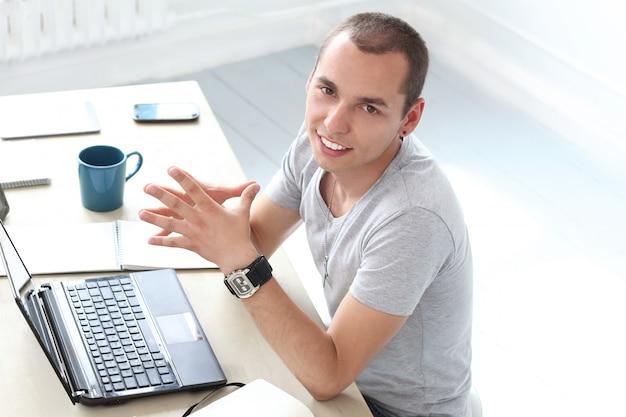 Büro. glücklicher mann bei der arbeit
