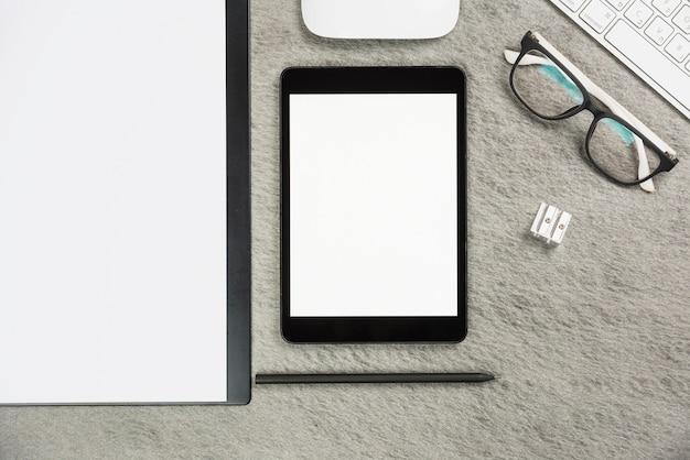 Büro grauer schreibtisch mit zwischenablage; digitales tablett; bleistift; anspitzer; maus; tastatur und brille